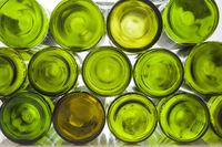 Weinflaschen gestapelt vor weißem Hintergrund