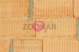 Vermessungszeichen an Mauerwerk