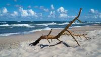 Treibgut am Strand der polnischen Ostseeküste