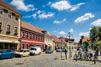 lübbenau, deutschland - 23.05.2019 - marktplatz mit sanierten altbauten