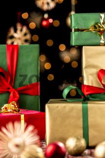 Weihnachtsgeschenke, Christbaumkugeln und Strohste