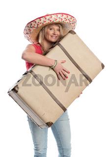 frau mit sombrero trägt einen reisekoffer