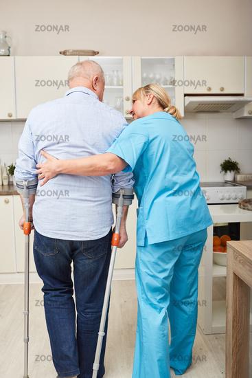 Senior Mann bekommt Physiotherapie zu Hause