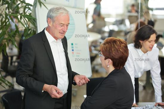 Ältere Geschäftsleute reden im Büro