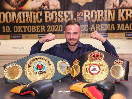 SES Boxing Profi-Boxer Dominic Bösel  WBA-Interim und IBO Weltmeister im Halb Schwergewicht vor beiden WM Gürtel bei der PK zur SES-Boxing-Gala am 22.09.2020 in Magdeburg