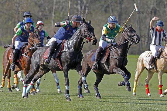 Polospieler kämpfen um den Ball, Polo Cup auf Gut Basthorst 2013, Deutschland