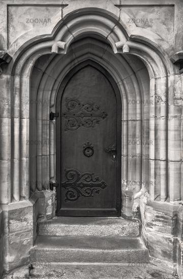 Nebeneingang einer Kirche