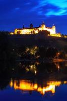 Nachtaufnahme der Festung Marienberg in Würzburg