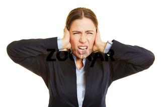 Wütende Geschäftsfrau macht Grimasse