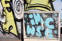Graffiti an Wand und Stromkasten