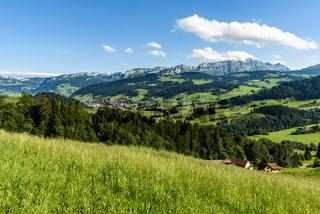 Appenzellerland mit Blick auf den Alpstein und den Säntis, Schweiz