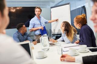 Business Coach oder Berater am Whiteboard