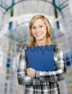 Junge Frau mit blauer Mappe
