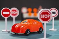Auto und Verkehrsschilder mit Verboten
