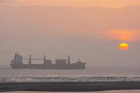 Schiff auf dem Meer vor untergehender Sonne-4.jpg