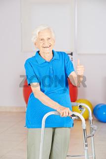 Alte Frau mit Gehhilfe hält Daumen hoch
