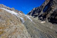 Von Geröll bedeckter Langgletscher unterhalb der Lötschenlücke, Lötschental, Wallis, Schweiz