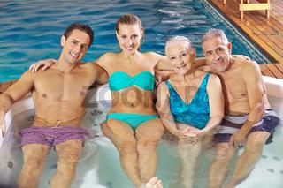 Familie mit Senioren im Whirlpool