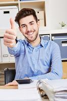 Erfolgreicher Mann im Büro hält Daumen hoch