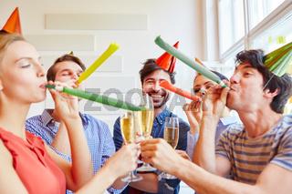 Team feiert Party als Gruppe