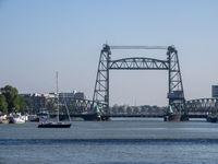 Die Eisenbahnbrücke Koningshavenbrug, die Nordereiland mit Feijenoord verbindet - Rotterdam