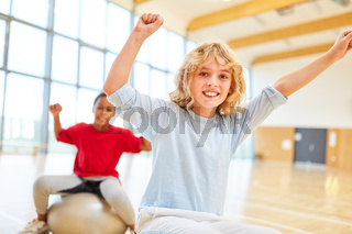 Kinder in Grundschule haben Sportunterricht in Sporthalle