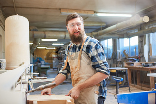 Tischler Lehrling arbeitet als Möbelbauer mit Holz