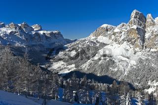Malerische Dolomiten Landschaft im Winter, Blick über die Orte Corvara und Colfosco zum Grödner Joch
