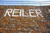 hohe Mauer mit Aufschrift