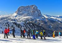 Skifahrer am Grödner Joch, Passo Gardena, vor dem Langkofel, Sassolungo, Gröden, Dolomiten, Südtirol