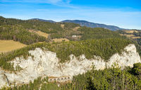 Wiener Alpen mit Bahn-Aquädukt in der Nähe des 20-Schillings-Blicks, Österreich