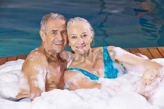 Paar Senioren beim Schaumbad im Whirlpool