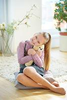 Mädchen kuschelt mit Kuscheltier