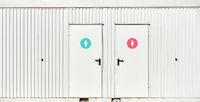 Öffentliche Toilette mit Tür Icons für Frauen und Männer