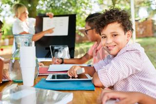 Kinder lernen Nachhilfe in Ferienkurs der Sommerschule