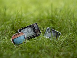 Fernseher im Gras