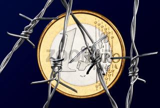 Euromünze hinter Stacheldraht