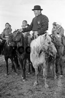 Lobpreisung des Pferdes, das am Naadamtag beim Rennen gesiegt hat, Foto von 1977