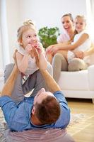 Eltern spielen mit Kindern im Haus