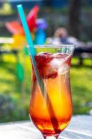 Sommerliches Erdbeercocktail im Glas mit blauem Strohhalm