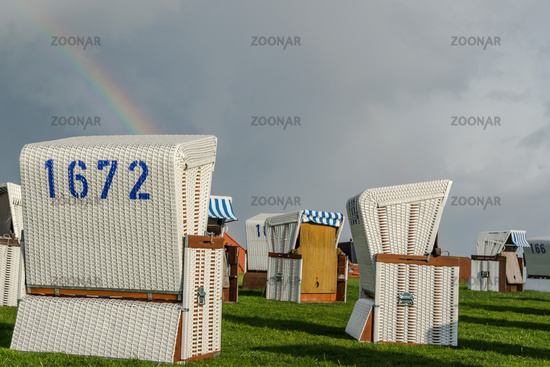 Weiße Strandkörbe mit Regenbogen, Büsum, Schleswig-Holstein, Deutschland