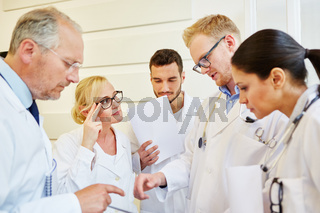 Ärzte Team bei Besprechung im Krankenhaus