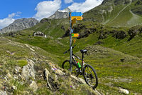 Mountainbike in alpiner Landschaft vor der Bergütte Cabane de Chanrion, Val de Bagnes,Wallis,Schweiz