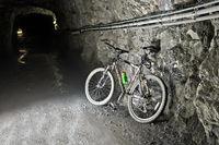Mountainbike in einem Bautunnel am Mauvoisin Stausee, Val de Bagnes, Wallis, Schweiz