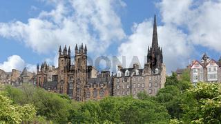 Stadtpanorama von Edinburgh mit New College und Turm der Tolbooth Kirk