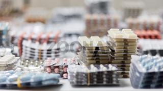 Viele sortierte Tabletten und Medikamente in Apotheke