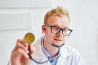 Arzt mit Stethoskop beim Abhorchen