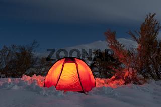 erleuchtetes Zelt in einer hellen Mondnacht im Tal Doeralen, Rondane Nationalpark, Hedmark