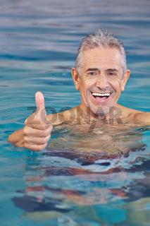 Lachender alter Mann im Schwimmbad