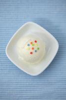 Selbstgemachte Kugel Joghurteis mit bunten Streuseln